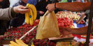 αγοράζοντας τρόφιμα στην λαϊκή