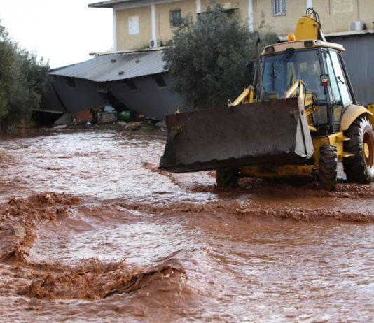 Εικόνες καταστροφής - Η Μάνδρα βυθισμένη στη λάσπη και το νερό