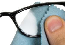 Έτσι θα απαλλαγείτε από τις γραντζουνιές στα γυαλιά σας μια για πάντα!