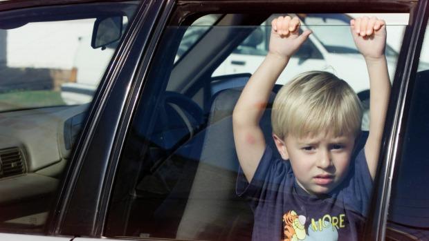 ΕΛ.ΑΣ.: Μην αφήνετε το παιδί σας στο αυτοκίνητο με ζέστη - Θα πεθάνει